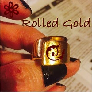 Jewelry - NWOT Gold 2 textured left over right  RING